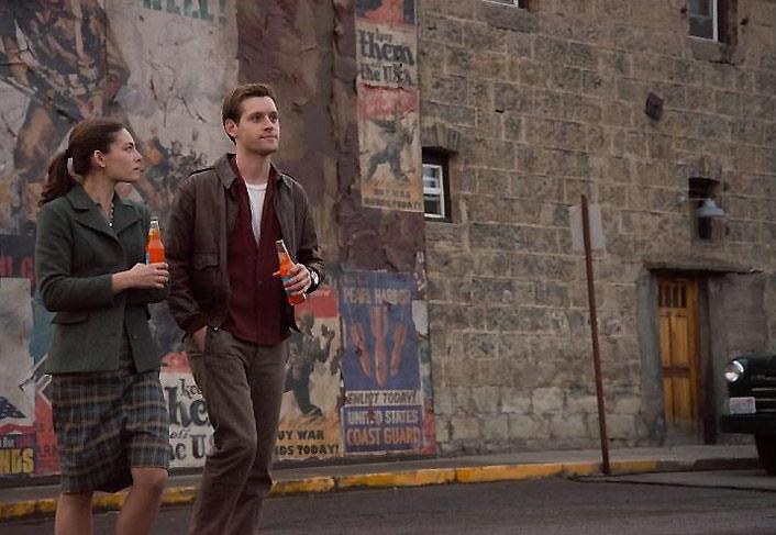 Alexa Davalos, Luke Kleintank - Man in the High Castle - Courtesy of Amazon Studios